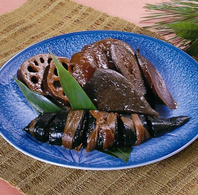 Crucian carp wrapped in kelp